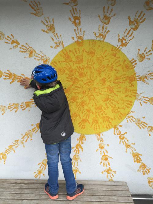 Kind malt Sonne